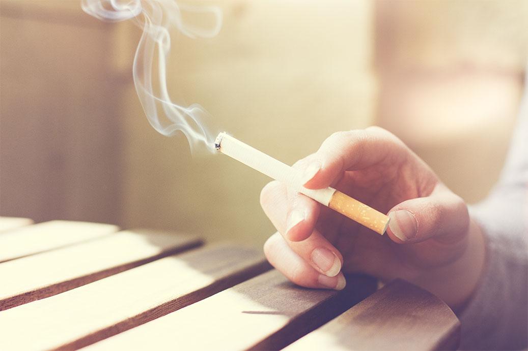 Respirar a fumaça do cigarro com frequência pode ser até mais prejudicial do que o próprio fumo.
