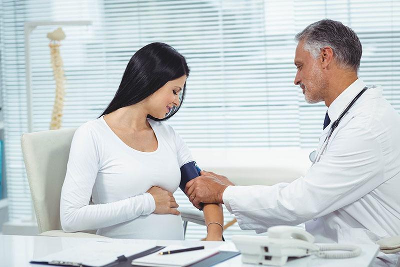 A hipertensão na gravidez é um problema de saúde que atinge 10% das grávidas no Brasil. Mulheres que já sofrem com a doença devem redobrar os cuidados.