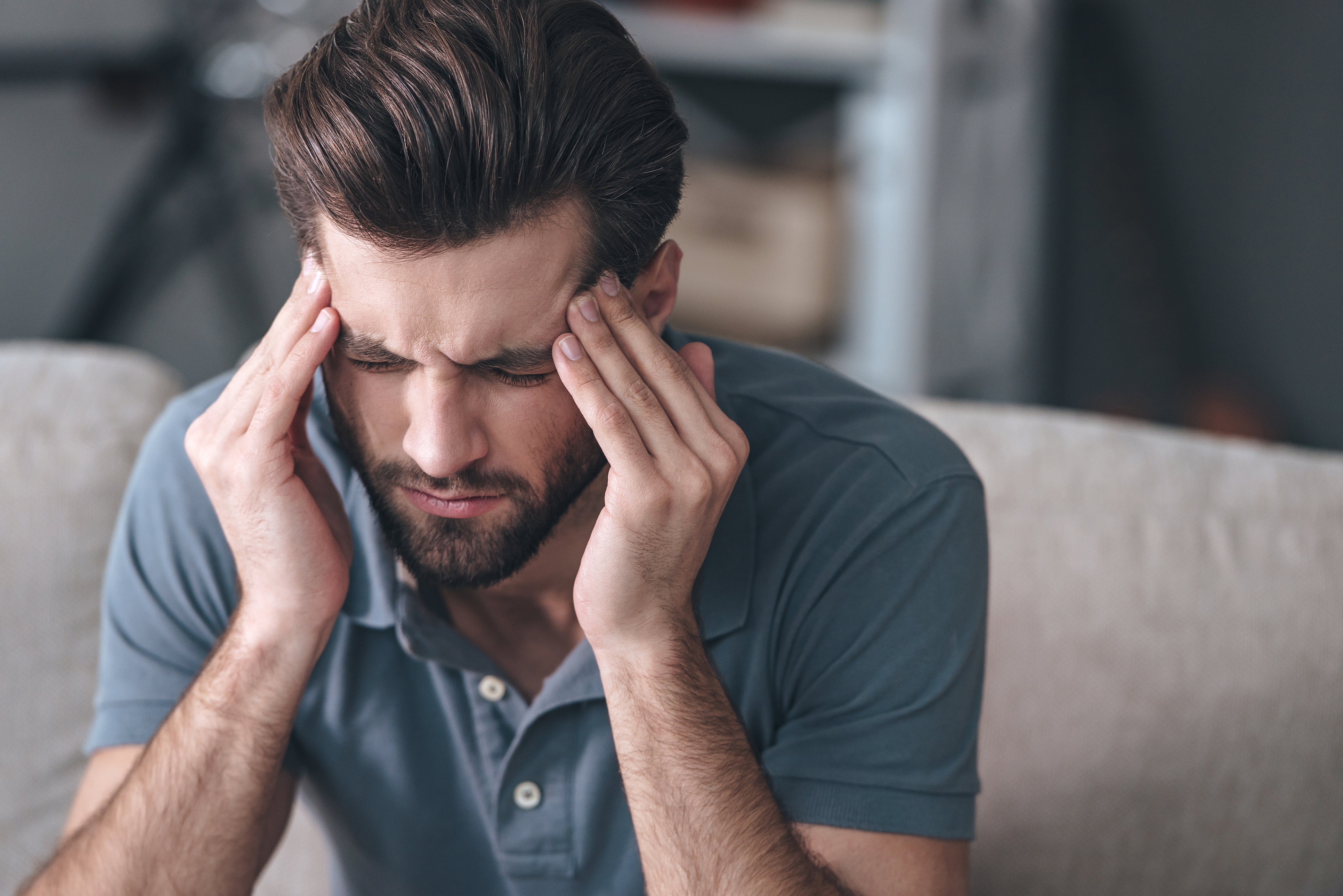 Quando as dores de cabeça viram rotina, prejudicam a qualidade de vida e vem acompanhada de outros sintomas, deve-se ficar atento e procurar ajuda médica.