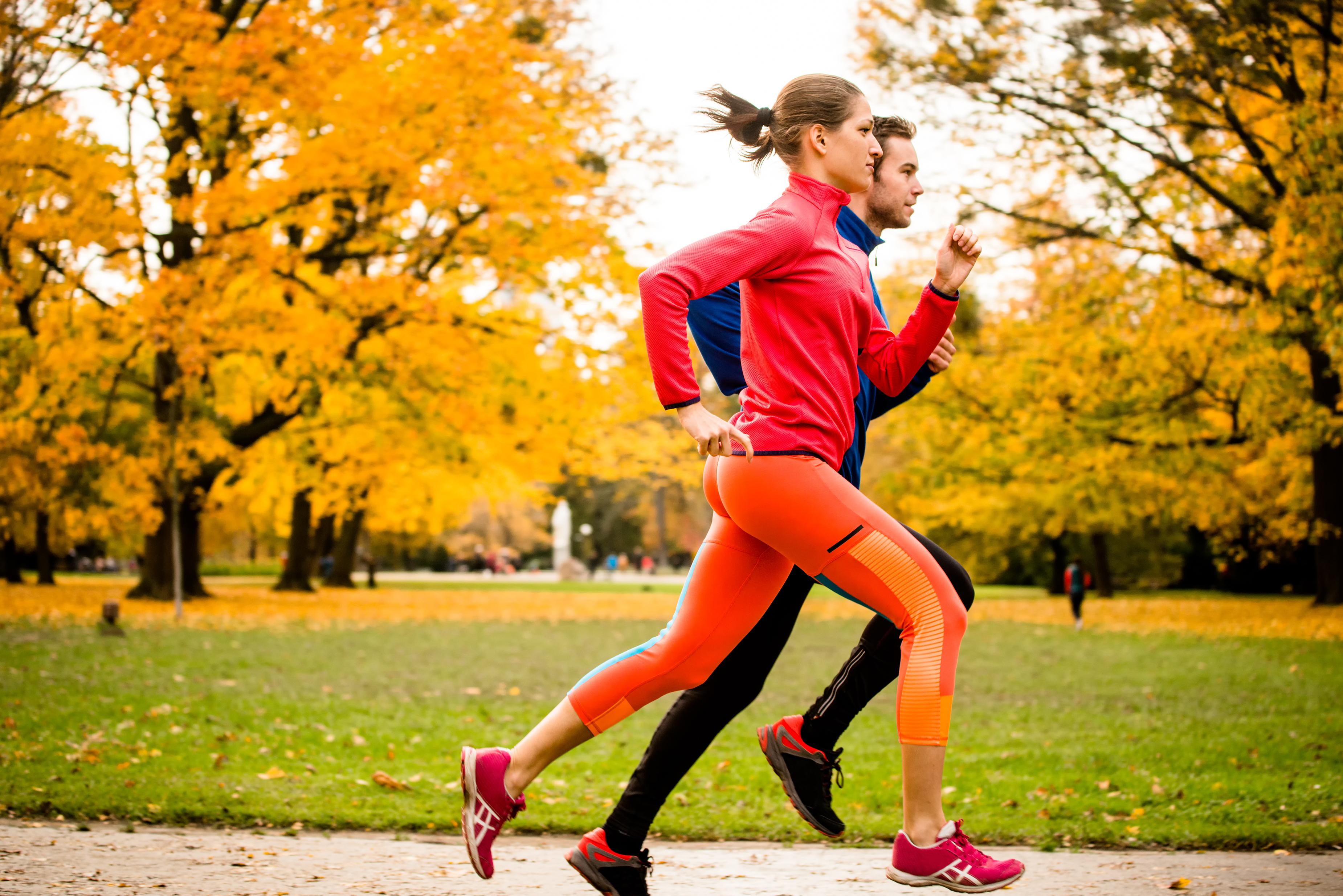 frio do outono é um convite para a preguiça, mas é possível fazer atividades físicas fora da academia de maneira confortável e prazerosa.