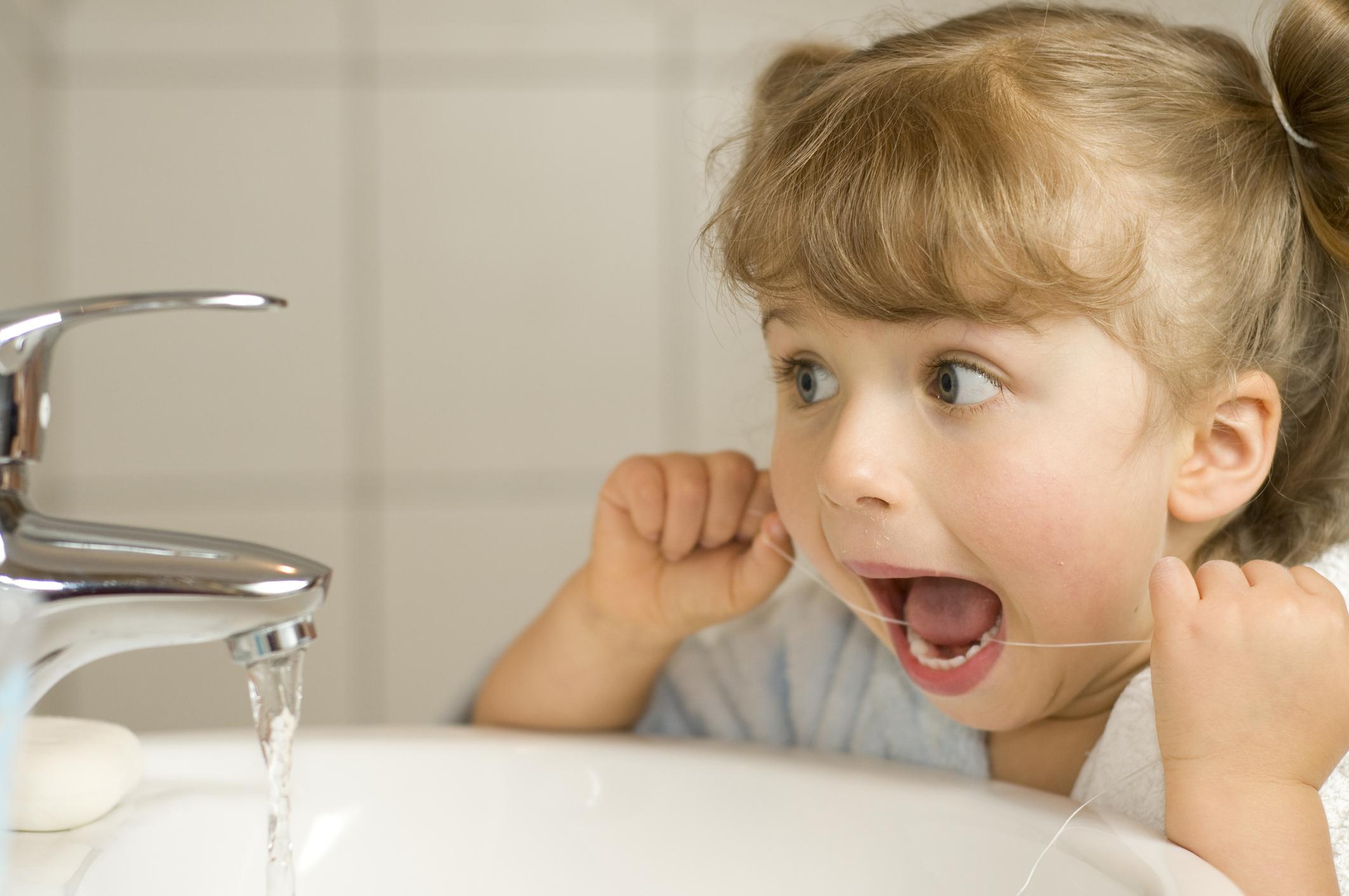 A saúde bucal infantil é tão importante quanto a saúde bucal dos adultos. O dia a dia acelerado das grandes cidades contribui para que os pais cuidem muito pouco de sua saúde bucal e ainda menos da de suas crianças.