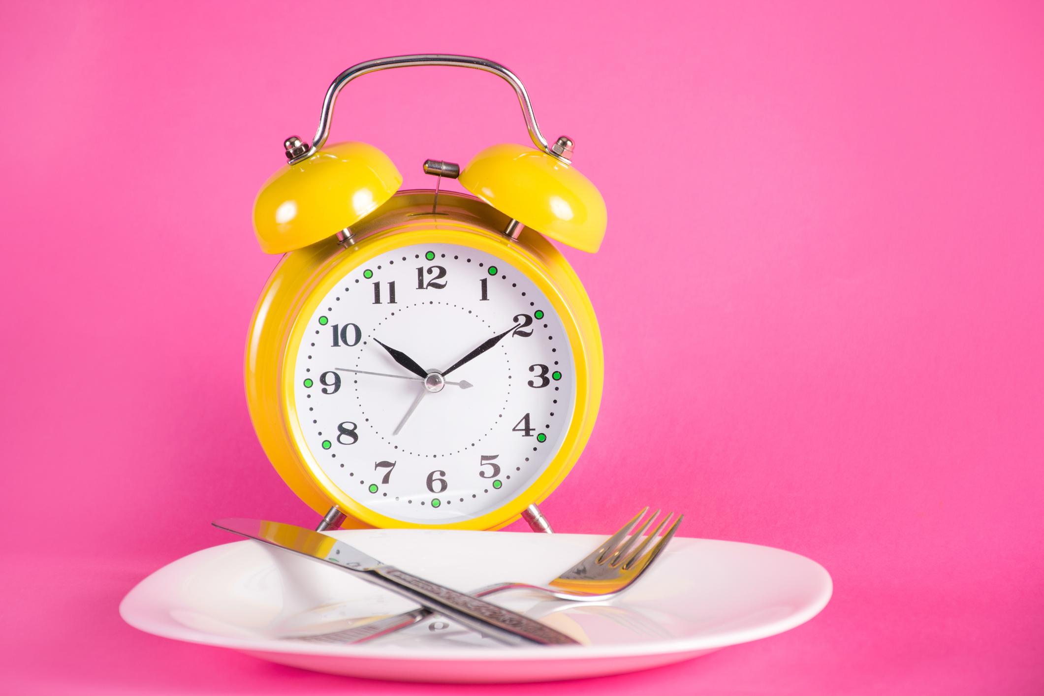 O jejum intermitente pode ser denominado como um padrão alimentar com períodos de jejum e alimentação, algo natural e saudável.